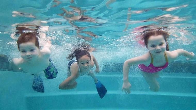 Niñas sumergidas y nadando