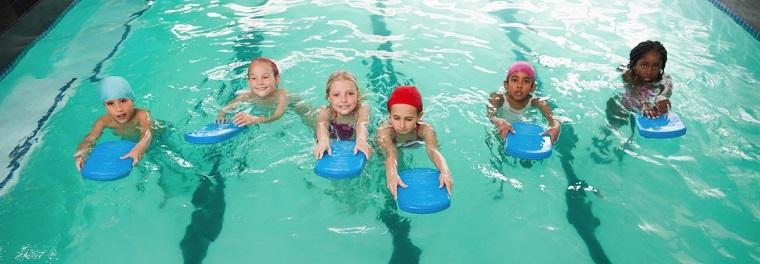 Niñas con tabla de nado