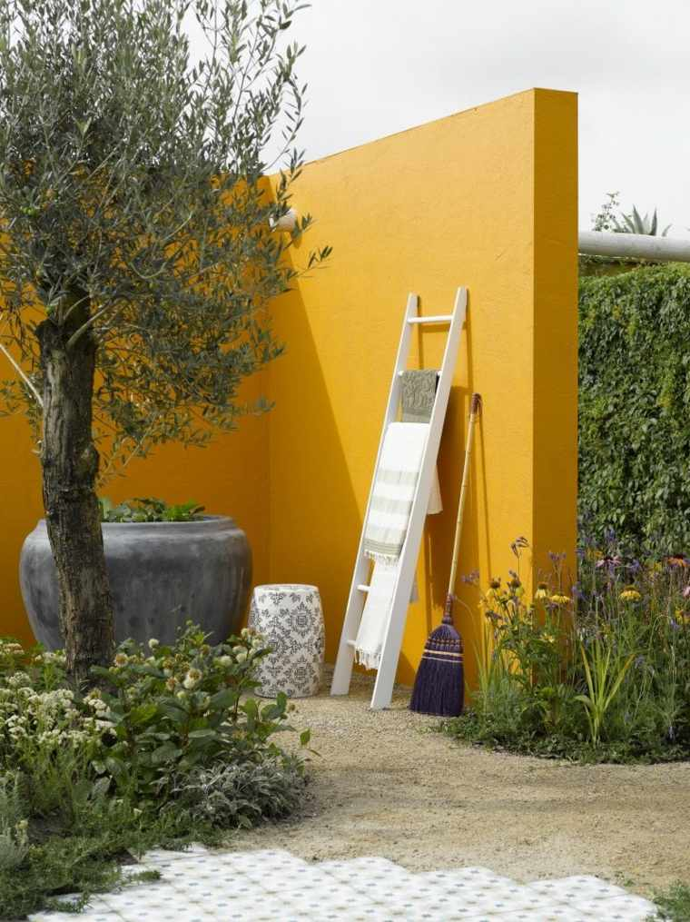pared de jardín de color amarillo