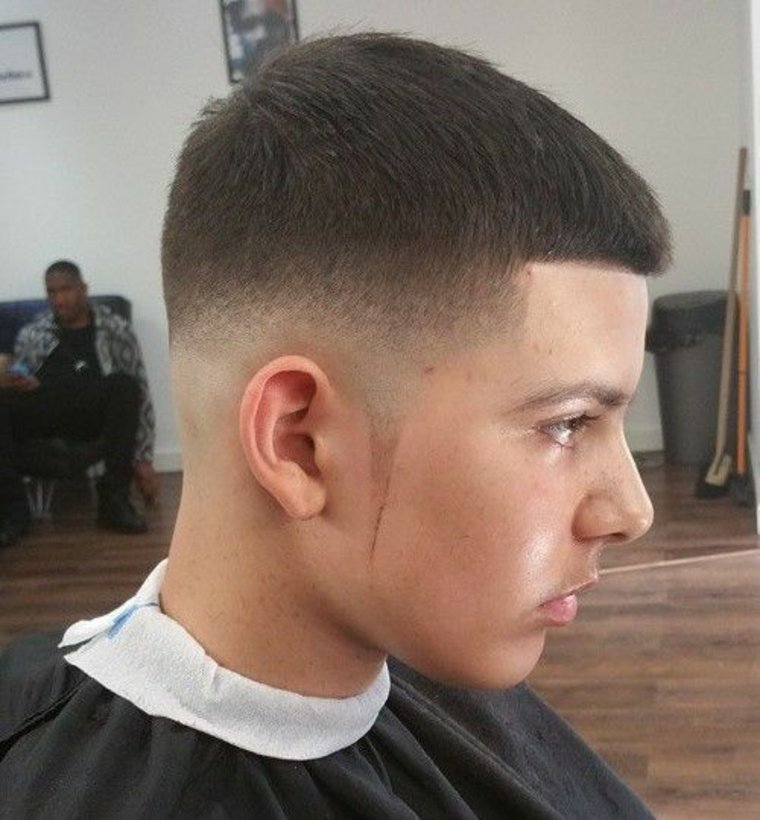 Corte de pelo con patillas triangulares en forma de pincel