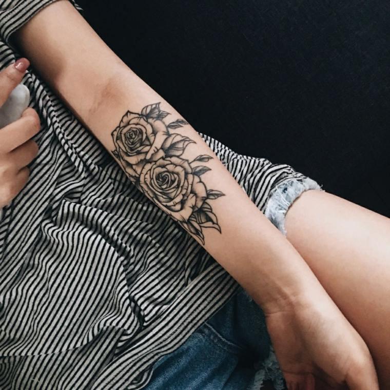 pequeno-tatuaje-femenino-dos-rosas-color-negro