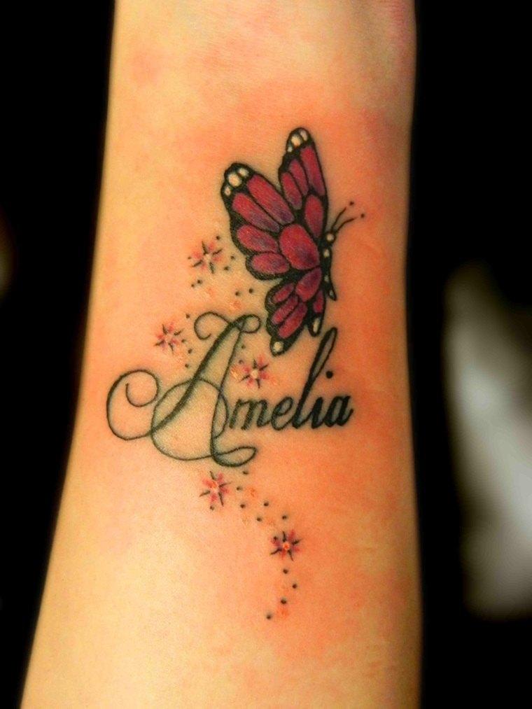 pequeno-tatuajr-mano-nombre-Amelia-mariposa