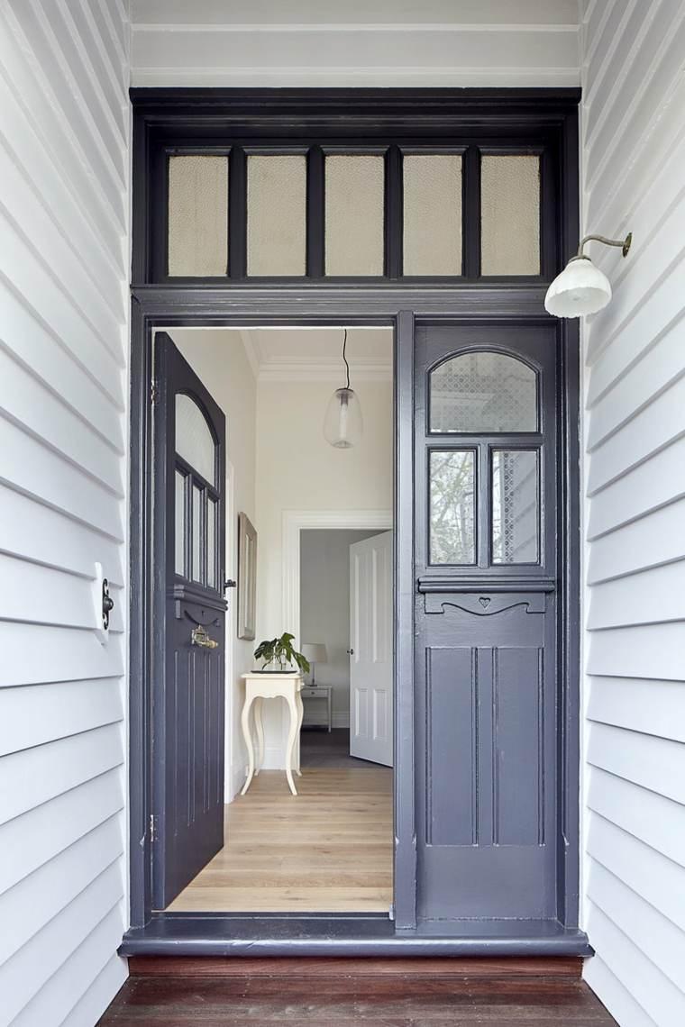 Entrada con puerta de madera