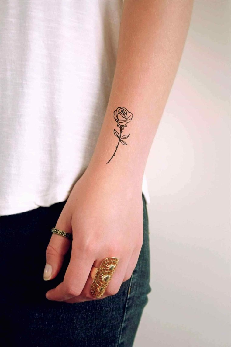 rosa-pequena-mano-mujer-tatuajes