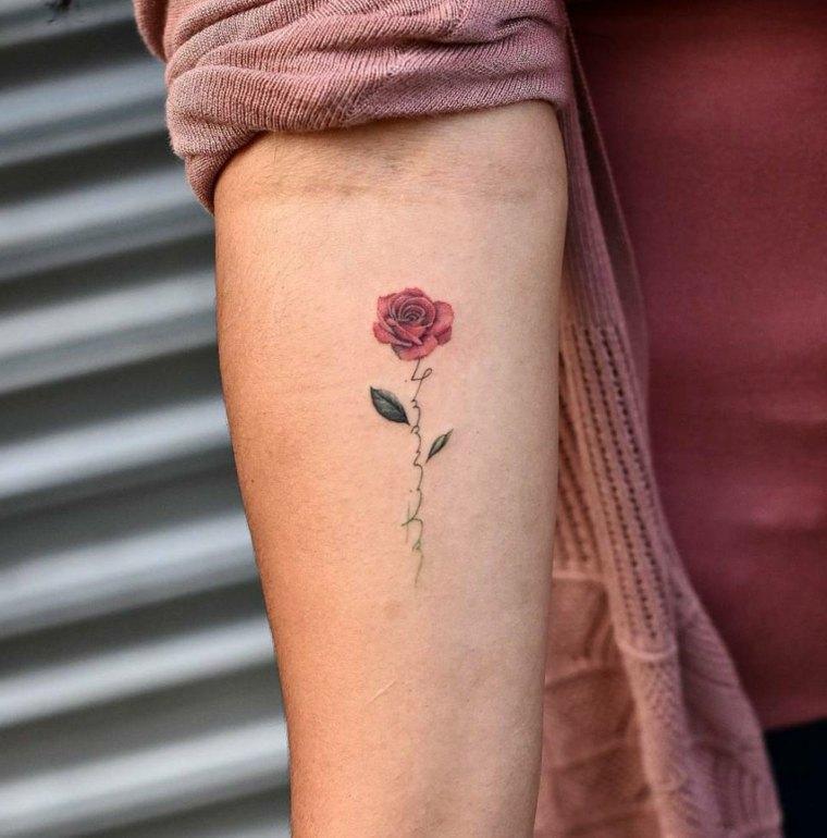 rosa-pequena-mujer-tatuajes-femenino-brazo