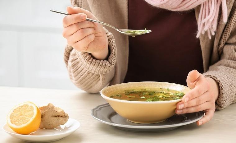 rutina-para-bajar-de-peso-consejos-comer-sopa