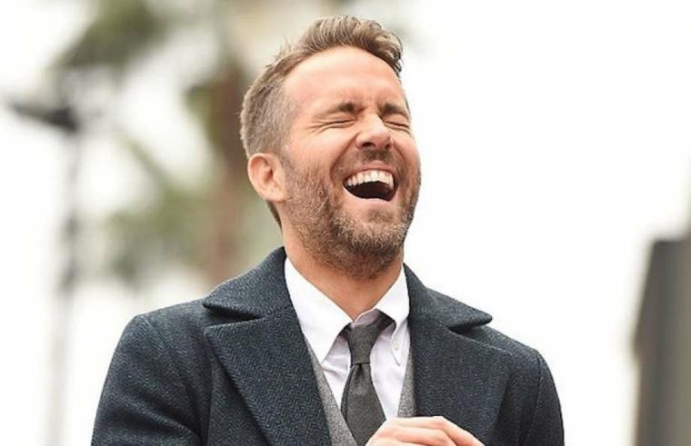 Ryan Reynolds riendo