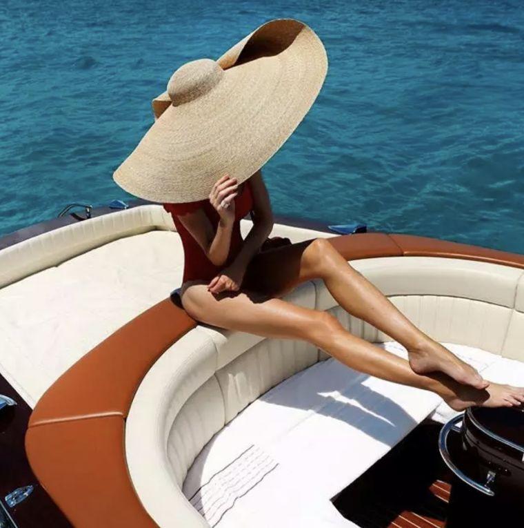 sombrero-ala-ancha-yate-verano