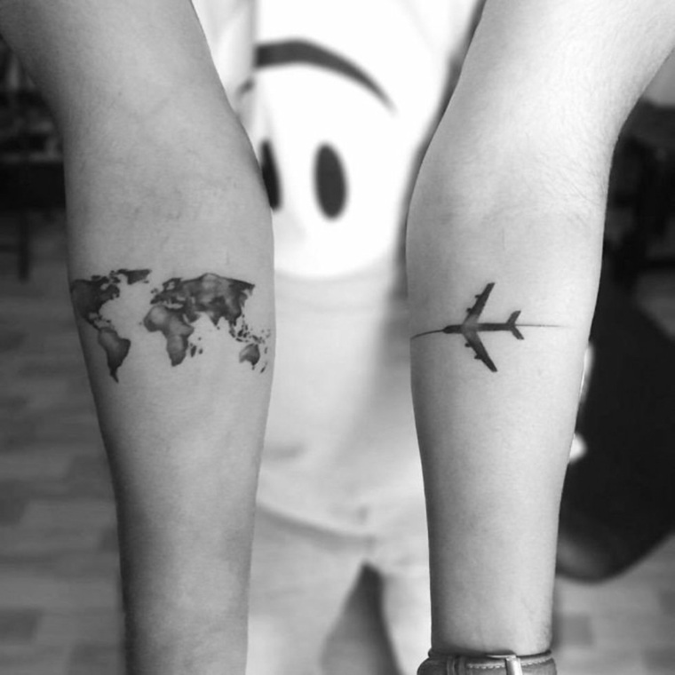 tatuaje-bello-femenino-avion-diseno-mapa-planeta-terra