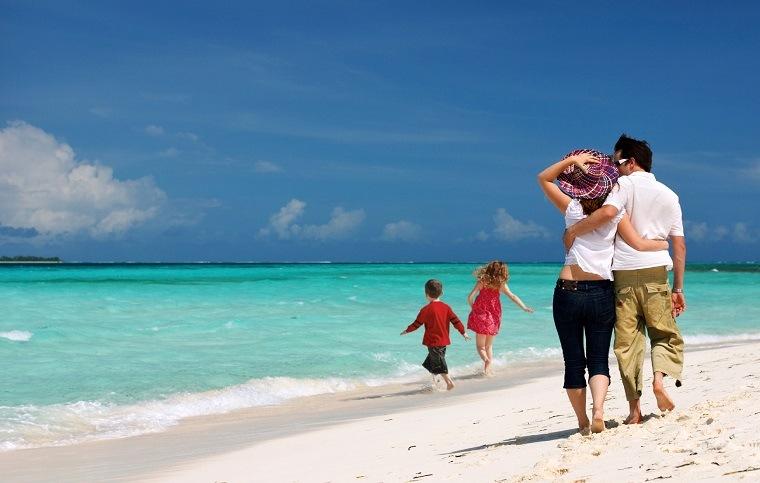 familia de vacaciones en la playa