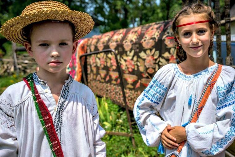 niños con vestimentas tradicionales