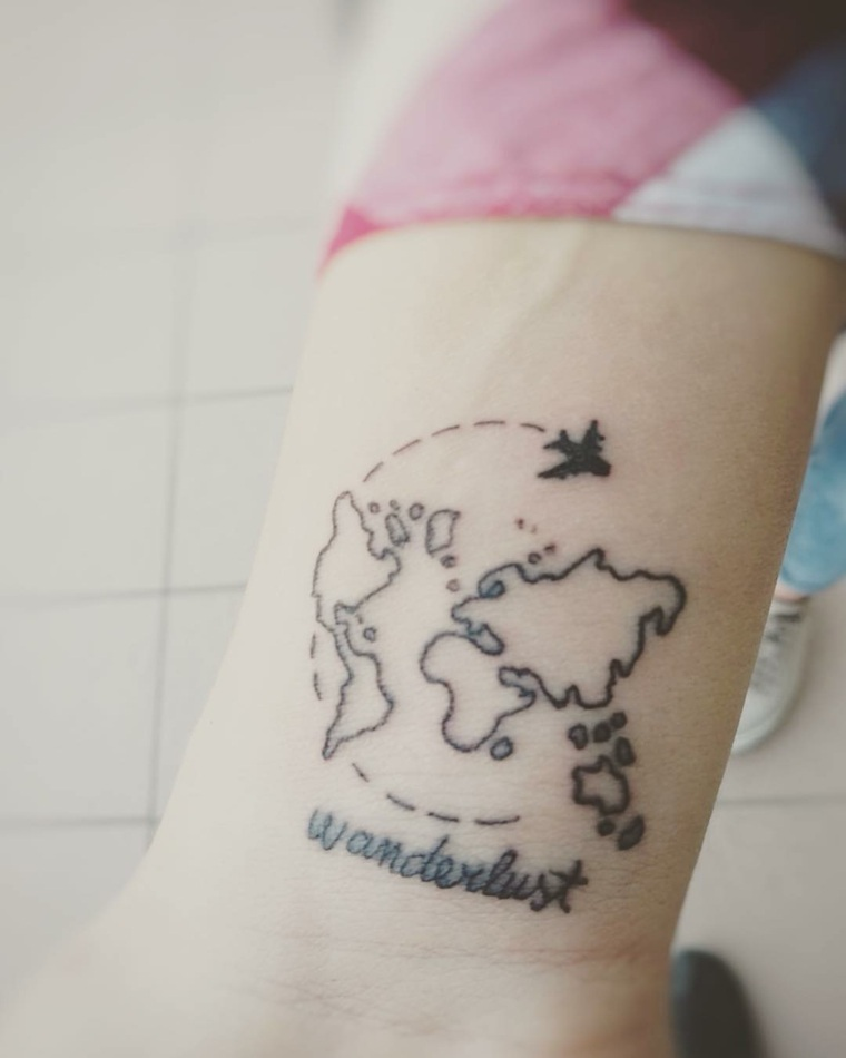 wonderlust-tattoo-tatuaje-bello-femenino-mano-planeta-tierra