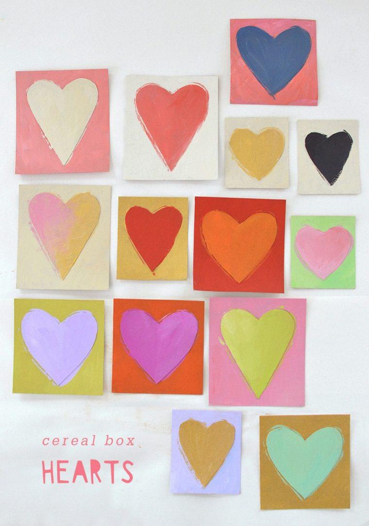 Usa cartón de caja de cereales y pintura acrílica para hacer pequeñas obras de arte de corazones