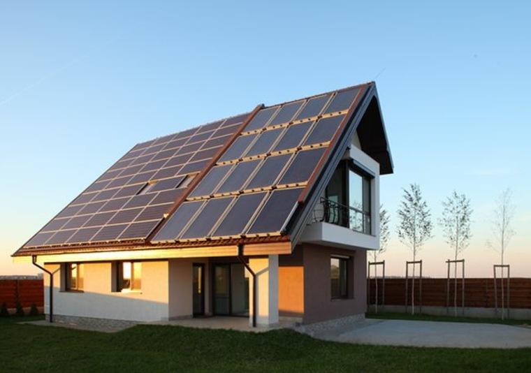 casa de campo moderna con paneles solares