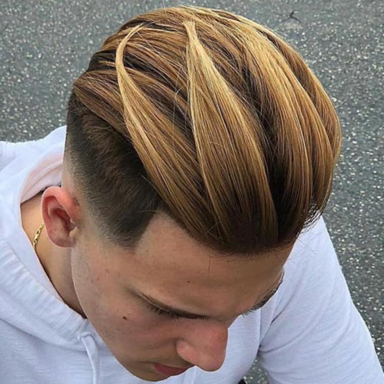 Cabello peinado hacia atrás