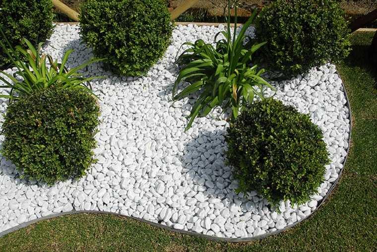 jardin-pequeno-piedras-baldos-blancos