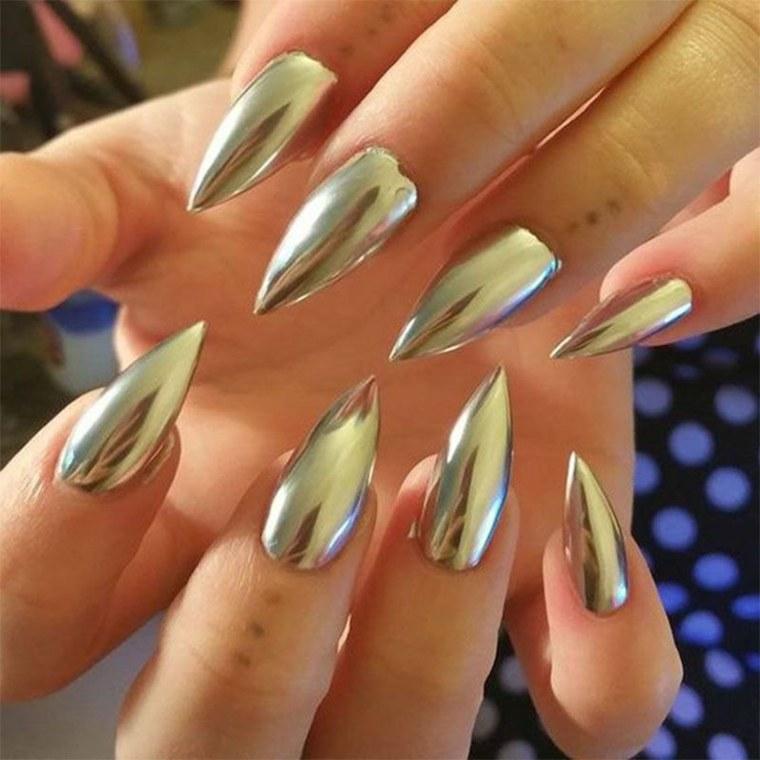 El aspecto único de las uñas cromadas viene en varios tipos y tonos.