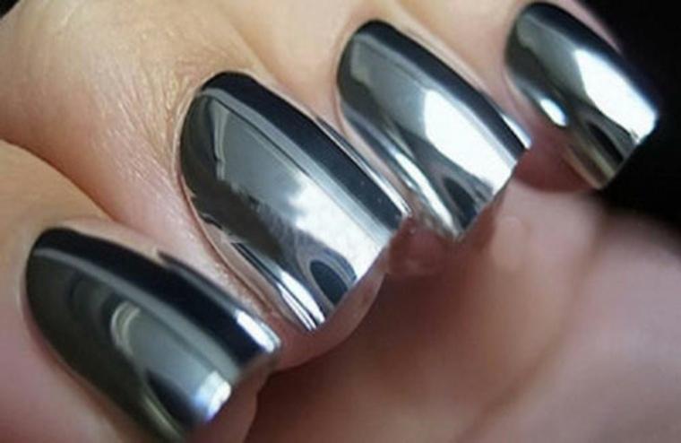 La nueva tendencia de uñas efecto espejo