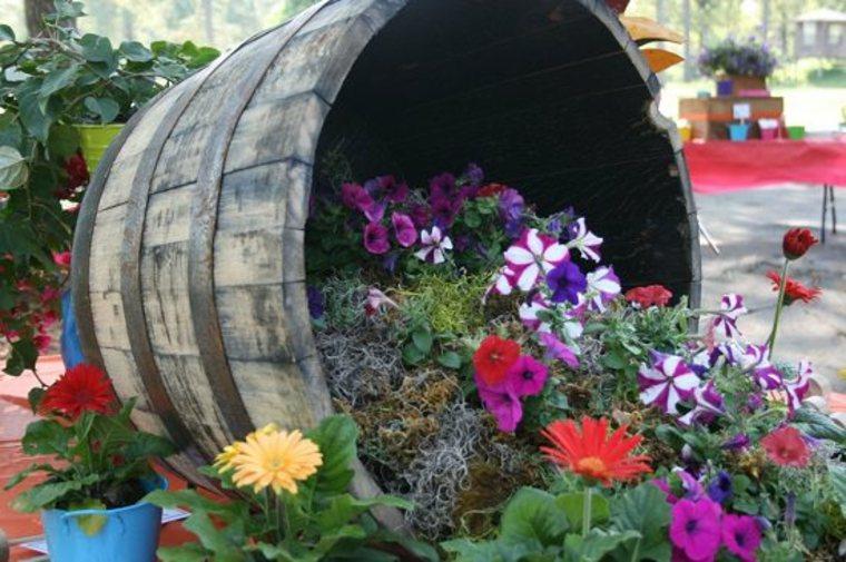Cama de flores derramada en un barril de vino