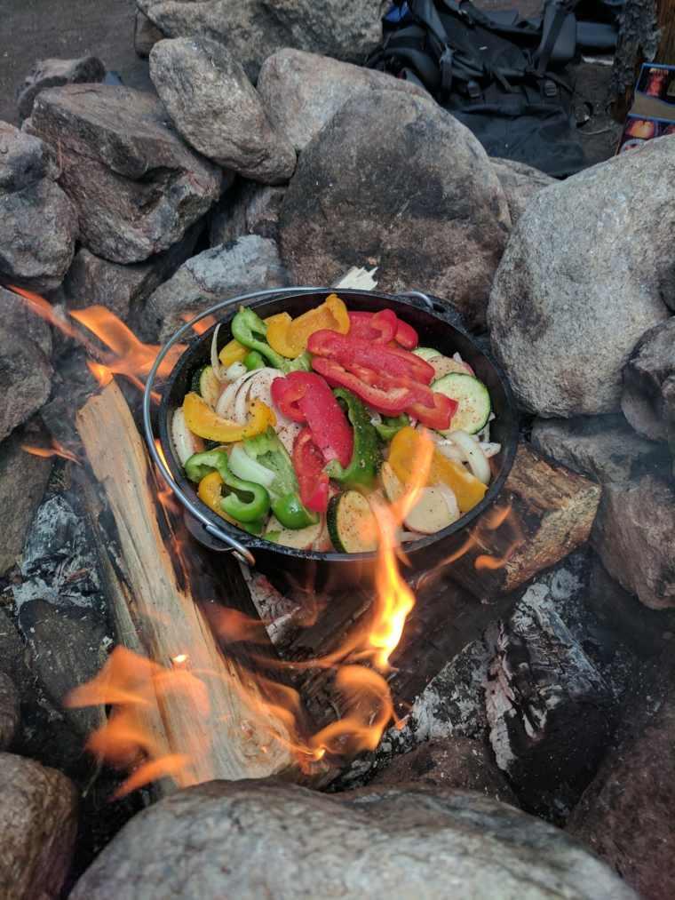 Cocinar a fuego abierto verduras
