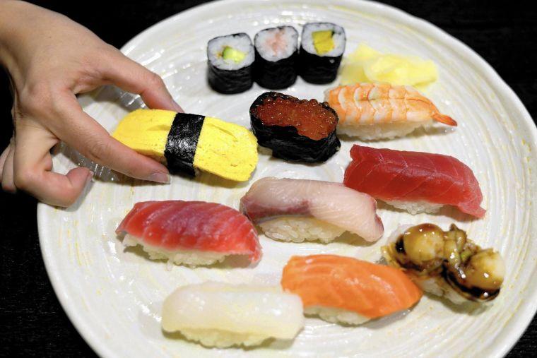 comida típica japonesa mano
