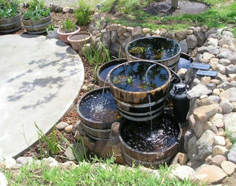 Fuente de agua en barriles reciclados