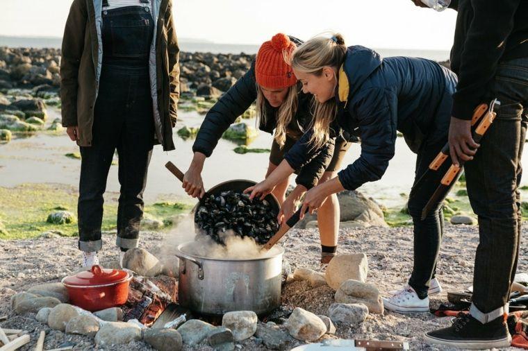 jovenes cocinando