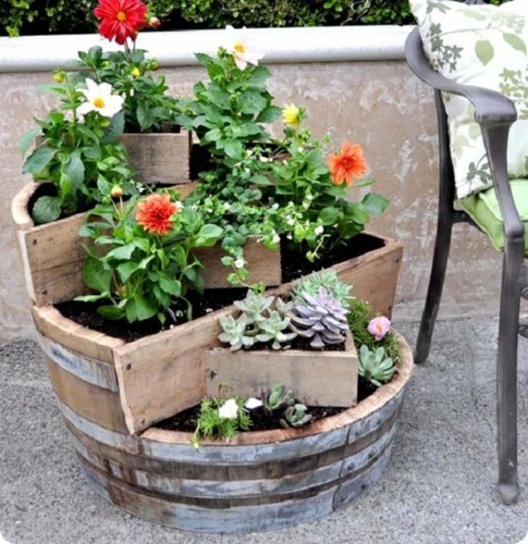 Jardinera de flores de barril de vino