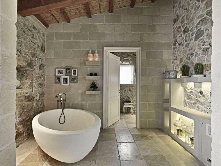 cuarto de baño con paredes de piedra