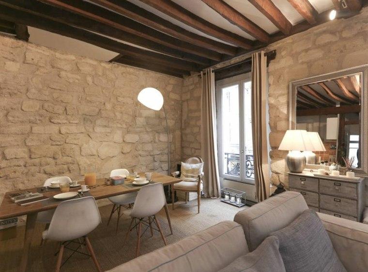 sala con paredes de piedra