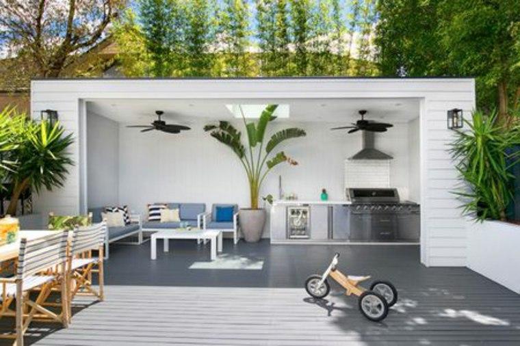 jardín con salón cubierto y cocina
