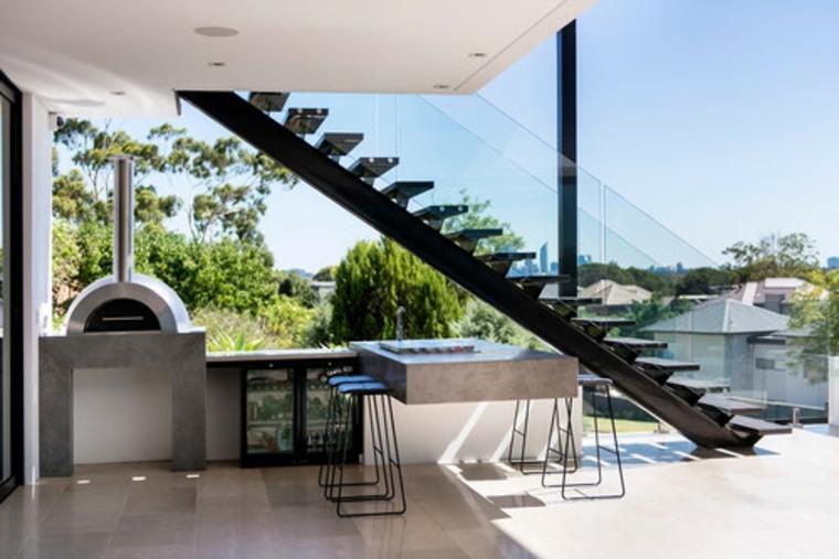 cocina moderna bajo las escaleras