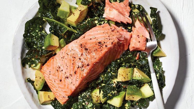 almuerzos-rapidos-ensalada-aguacate-salmon-col-rizada