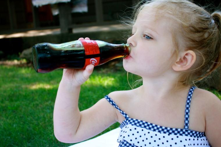 bebidas carbonatadas niña