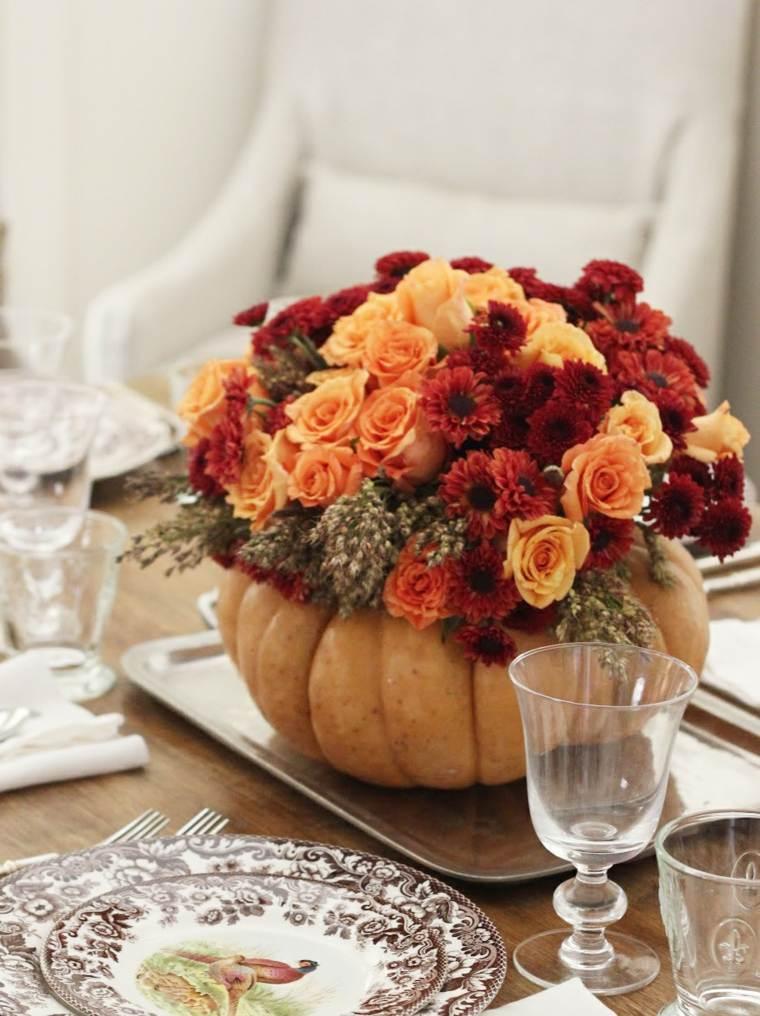 Elegante arreglo de flores en florero de calabaza