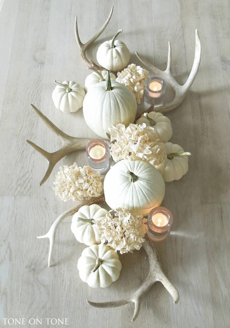 Decoración de otoño con calabazas blancas