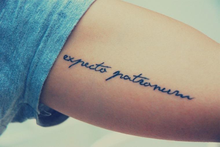 delicado-tatuaje-femenino-letras-brazo