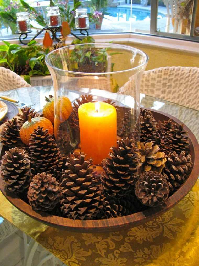 Un bol con piñas de pino y velas