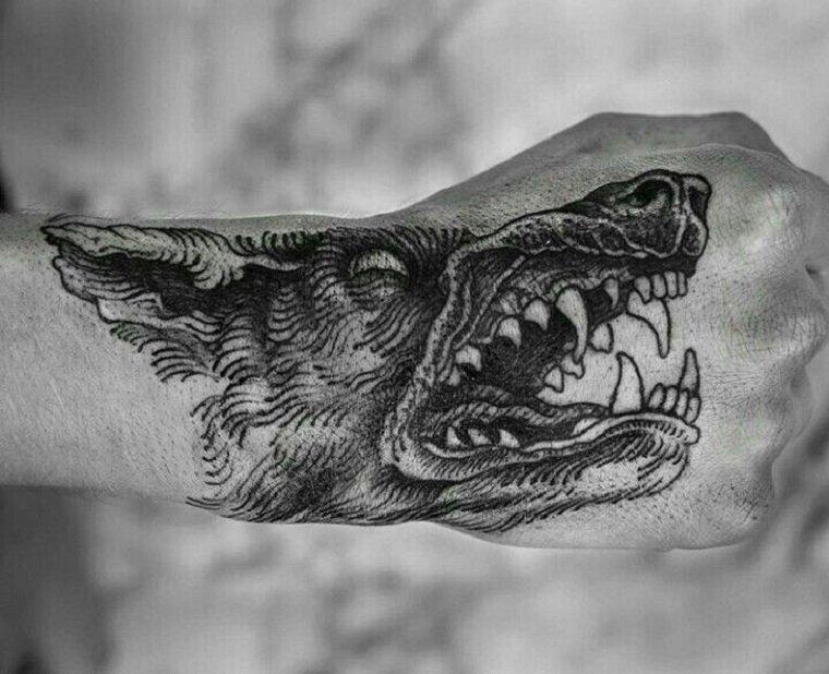 significado-de-tatuajes-de-lobos-hombre-mano