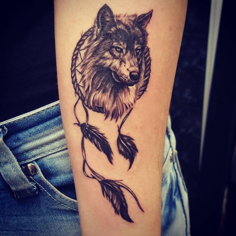 tatuaje-lobo-estilo-plumas