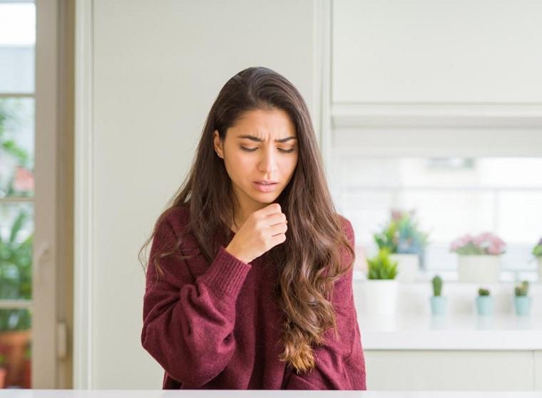 tos seca causas-remedios-mujer-tosiendo