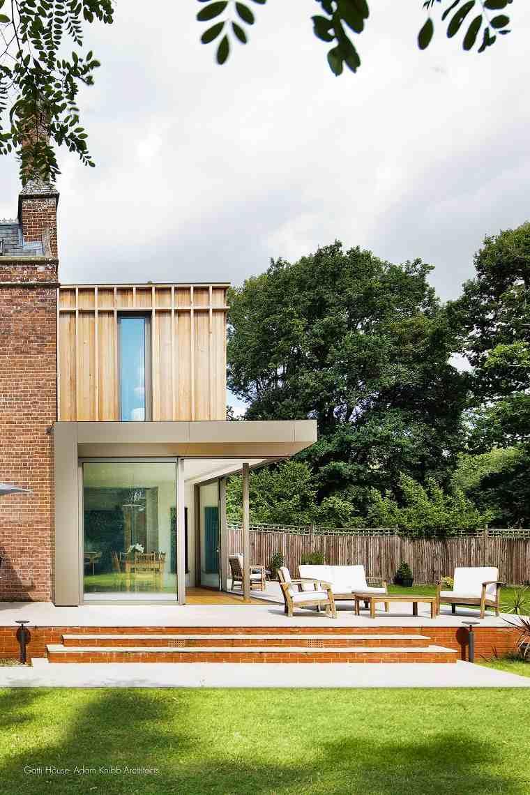 Textura de madera combinada con ladrillos para una casa tradicional