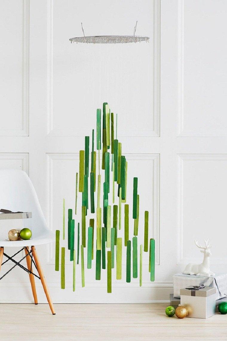 arbol-navideno-reciclado-colgando-pared