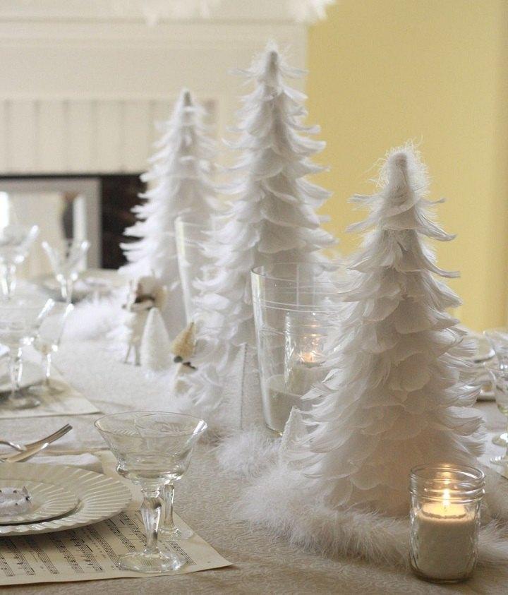 Arboles de navidad decorados con acentos blancos y plateados