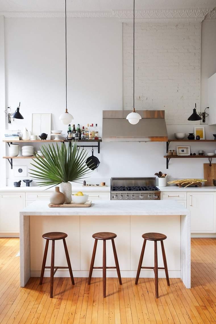 cocina-amplia-isla-taburetes-estantes