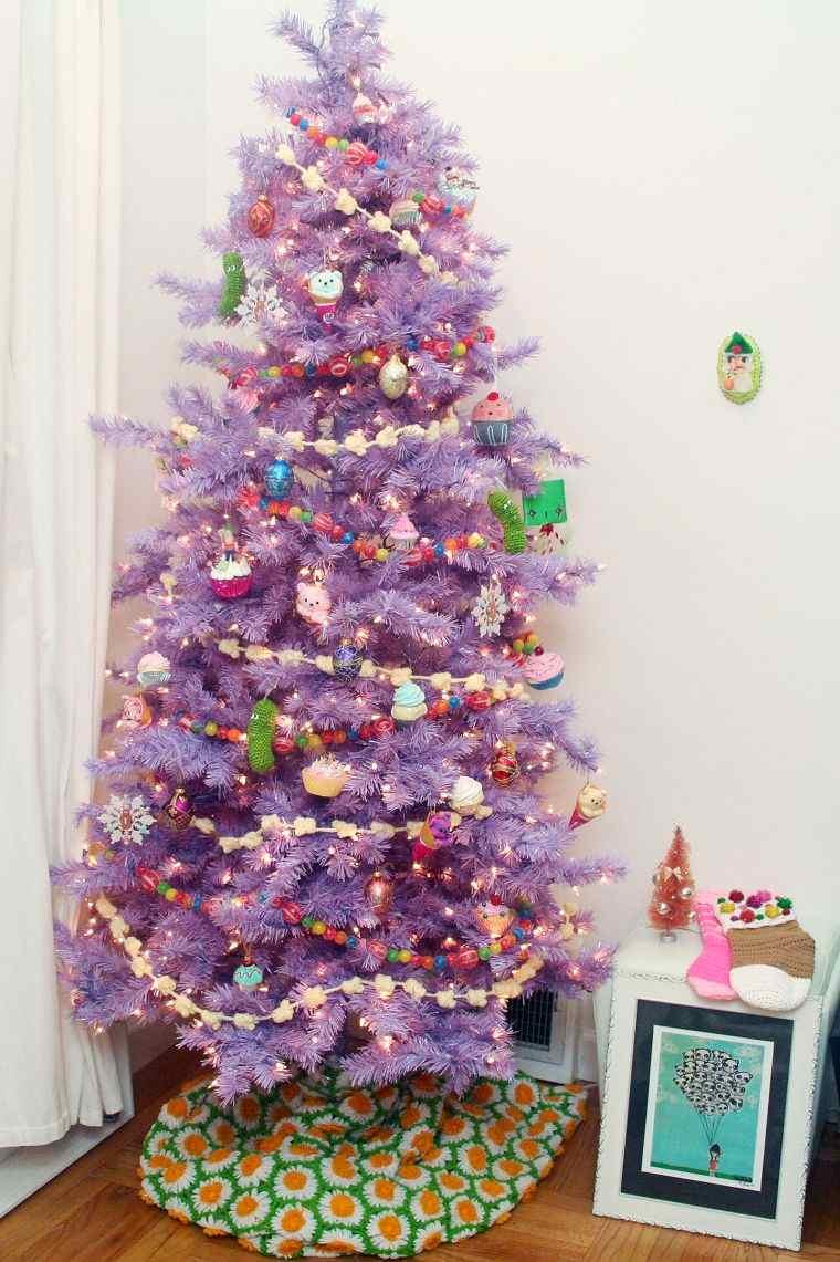 cómo adornar un árbol de navidad morado