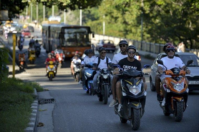 Motocicletas eléctricas para rescatar en Cuba que sufre de falta de combustible