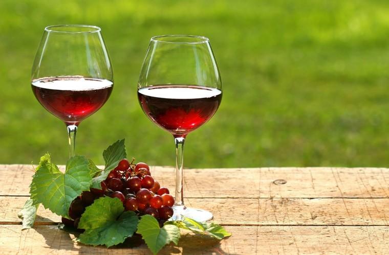 beneficios del vino tinto combate
