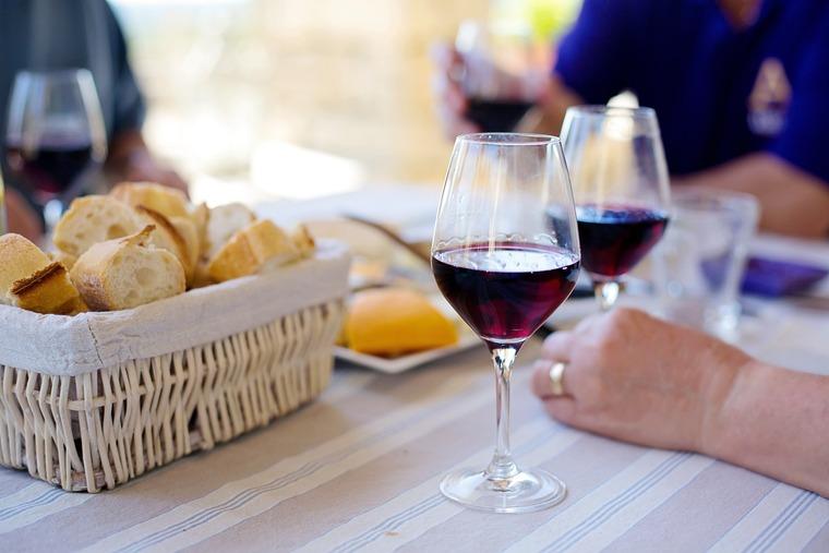 beneficios del vino tinto comida