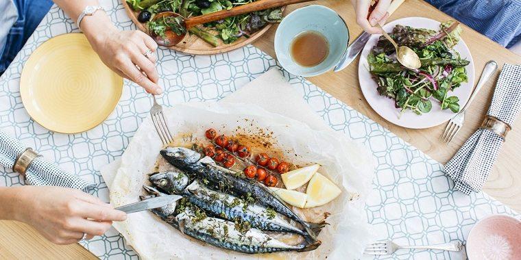 Dieta para la menopausia-mujeres-comer-pescado